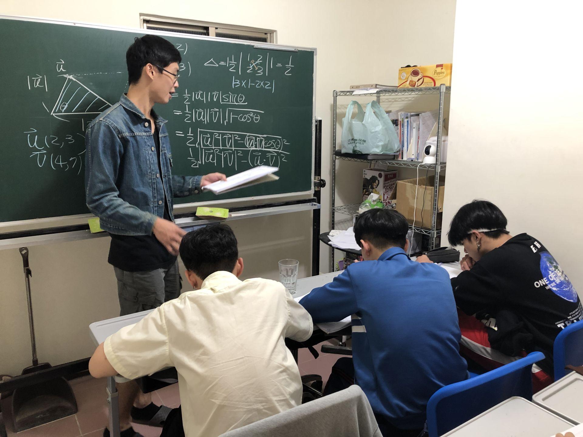 政大高材生捨財金生涯 踏入補教業 實踐教學理想-蘇哲老師專訪(下)